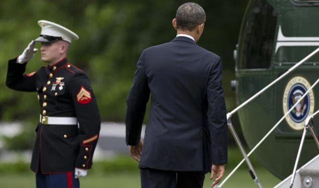 Picture Suggesting Pilot Refused to Let President Obama Board Until He Honoured the Marine